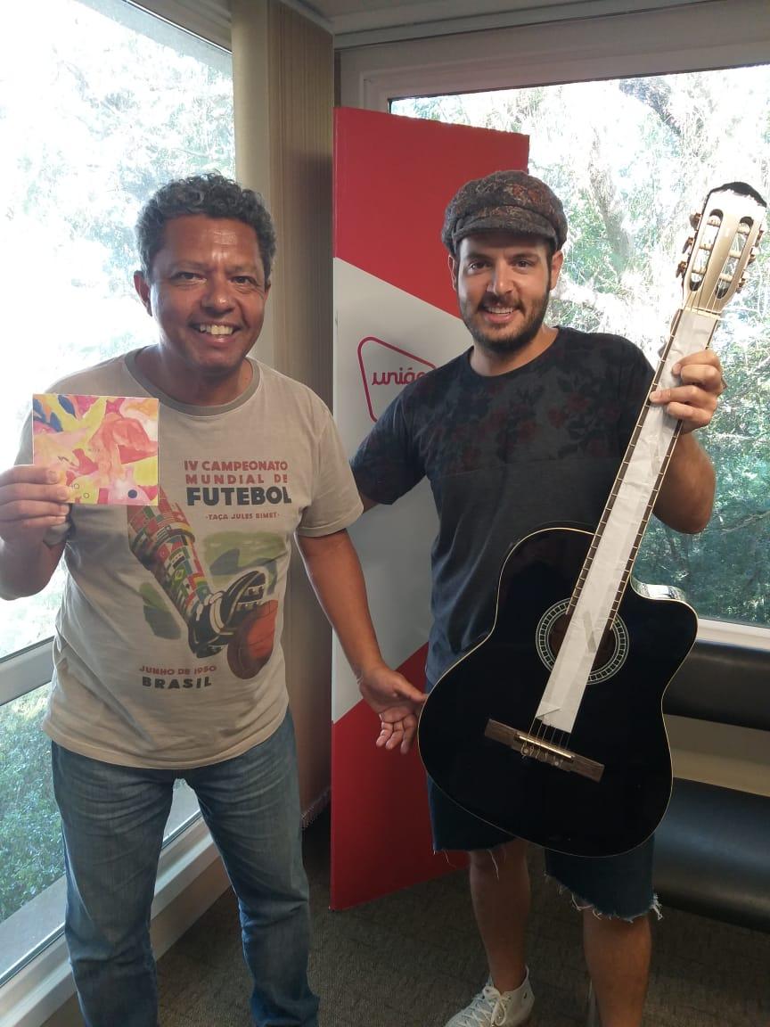 Concurso cultural da União FM sorteia violão do cantor Noal
